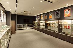 <br>社内の歴史資料室には、 漫画家の松本零士先生が愛用していたペン先も展示されている。